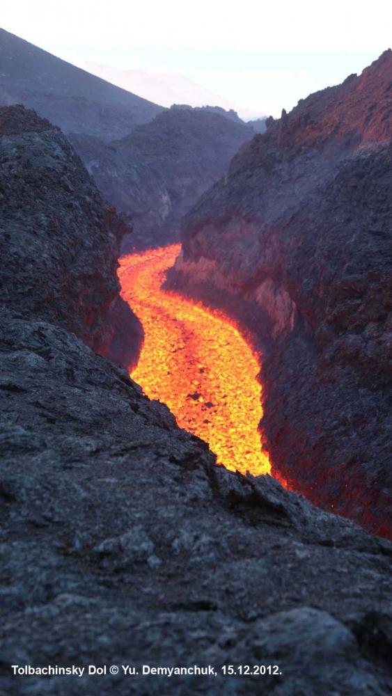 Лавовая река в каньоне из лавы. Толбачинский дол, 15.12.12.